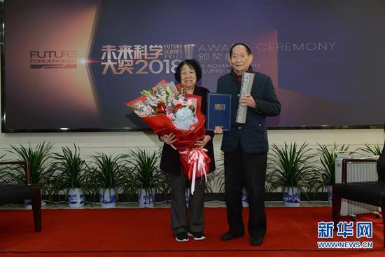 11月22日,手捧奖杯和证书的袁隆平与夫人合影。 新华社发(王精敏 摄)