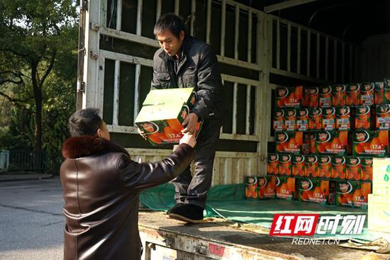 杨霞采购2000斤柑橘。