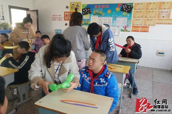 """""""一对一""""指导学生进行手工制作。"""