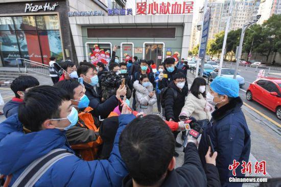 另一位完成献血的曹先生接受媒体记者采访。 杨华峰 摄