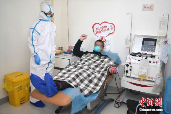 郭先生挥拳为抗击新冠肺炎的工作者加油。 杨华峰 摄