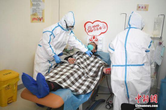 医护人员为郭先生采集血浆。 杨华峰 摄
