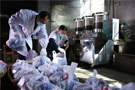 湖南省衡东县中药饮片厂工人正在熬制预防中药。衡东县委宣传部供图