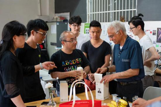 """湖南一大学生带着自己设计的香薰机成功考研 还拿了""""设计界奥斯卡""""奖"""