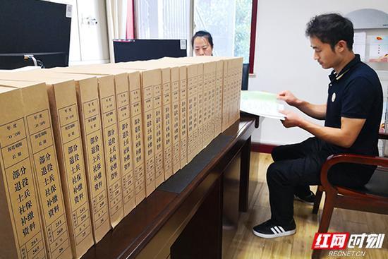 退役军人现场补缴档案资料。