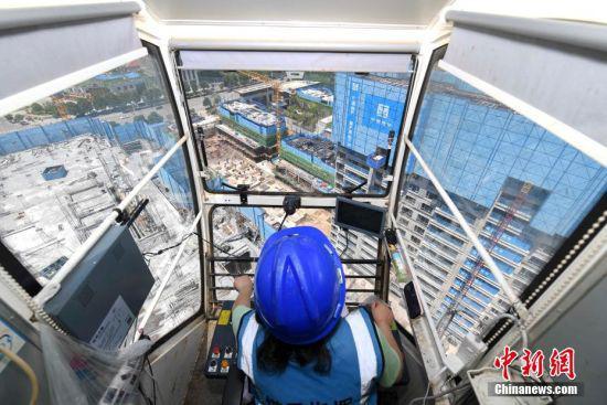 驾驶员刘萍在百米高空操作塔吊。 杨华峰 摄