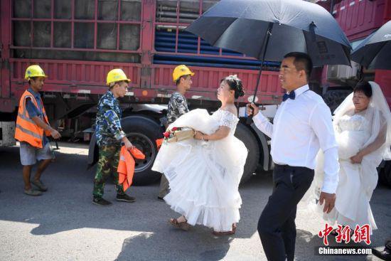 化完妆的工人夫妻前往拍摄地。 杨华峰 摄