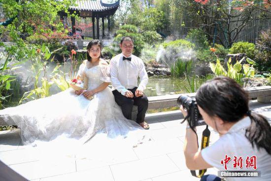 工作人员为工人夫妻拍摄婚纱照。 杨华峰 摄