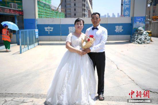 刘怀斌与妻子王丽芳选择在工地外拍摄婚纱照。 杨华峰 摄