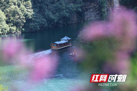 游客畅游宝峰湖