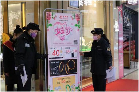 疫情防控工作中的刘晓东(右一)