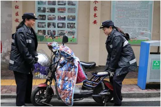 纠章中的刘晓东(左一)