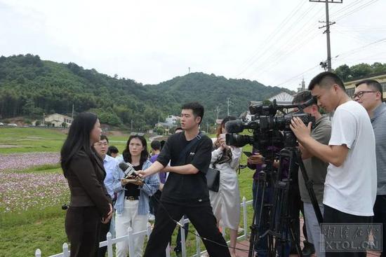 采访团一行在长沙市雨花区跳马镇石燕湖村采访长株潭绿心中央公园规划建设情况。(记者 方阳 摄)