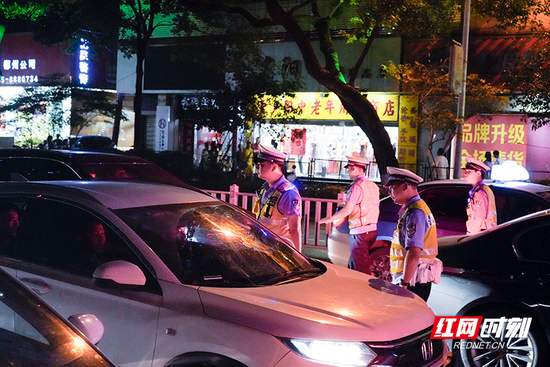 """7月17日晚,郴州市交警支队开展了""""夜查酒驾""""和摩托车、电动自行车违法整治""""飓风行动""""。"""