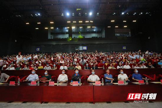 """7月19日晚上8点,郴州市庆祝中国共产党成立100周年""""永远跟党走""""群众性主题文艺演出活动启动仪式暨首场文艺演出拉开帷幕。"""