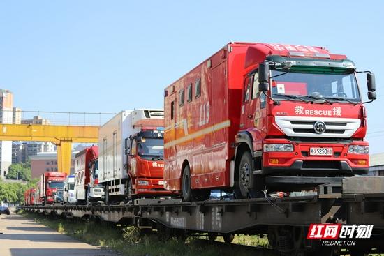 满载11辆救援车56名救援人员,湖南开出首趟增援河南抢险专列