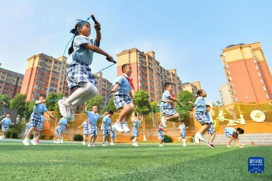 9月2日,长沙市天心区仰天湖桂花坪小学二年级的学生在体育课上跳绳。新华社记者 陈泽国 摄