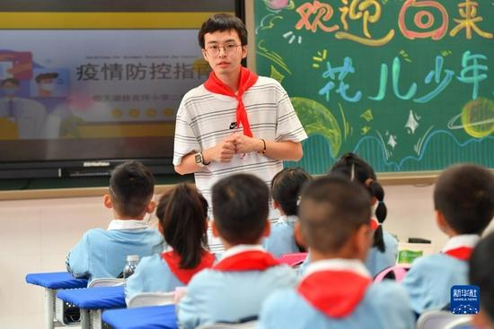 9月2日,长沙市天心区仰天湖桂花坪小学二年级的老师为学生们讲授防疫知识。新华社记者 陈泽国 摄