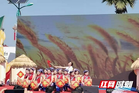 浏阳柏加镇农民朋友正在表演自编、自导节目,庆祝属于自己的节日。