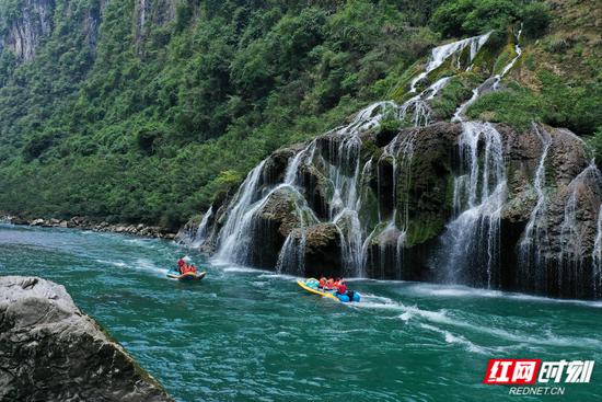 国庆假期,游客在张家界茅岩河上漂流冲浪,乐享假日休闲乐趣