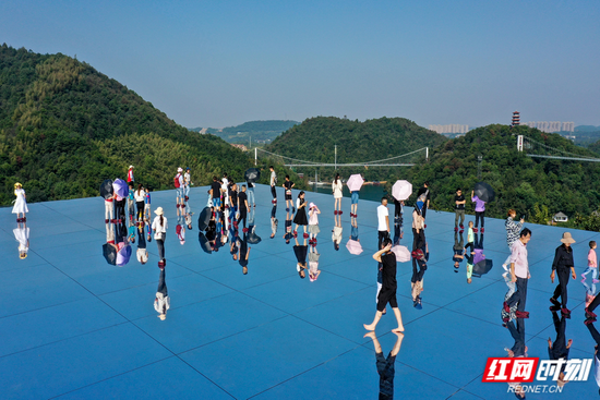 """国庆假期,石燕湖""""天空之镜""""首次亮相,吸引众多游客前来体验"""