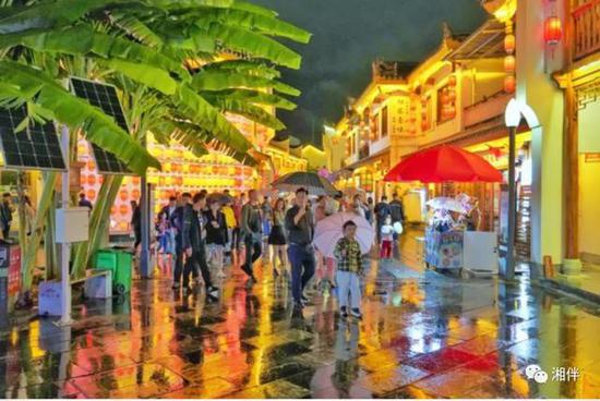 10月4日晚,永州市零陵区柳子庙景区游人如织。湖南日报记者 廖义刚 摄