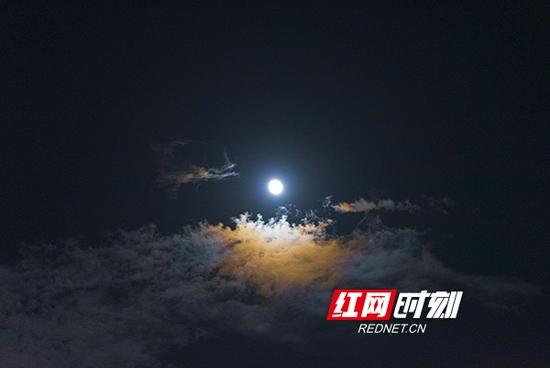 9月22日晚22时许,湖南省衡阳市南岳衡山风景区出现了月晕奇观