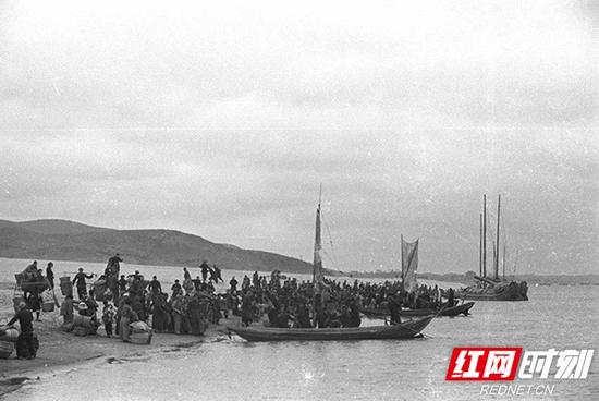 20世纪50-60年代,橘子洲大桥尚未建设,湘江两边的市民依靠轮渡过江。