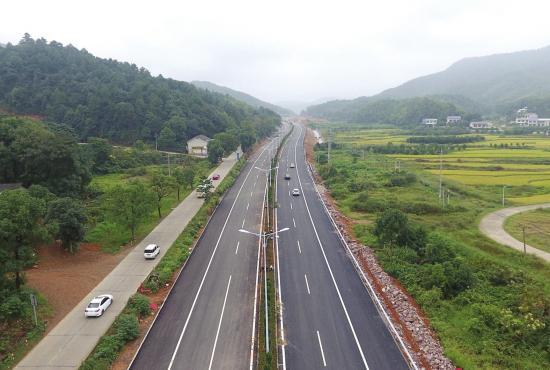 9月24日,岳宁大道已完成沥青摊铺,时速80公里走完全程只需24分钟。图/记者谢长贵