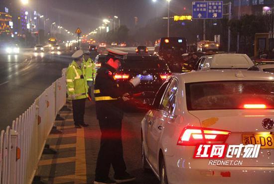 3月27日晚上,衡阳市交警支队调动各县市区的警力在全市开展异地用警交叉执法夜查酒驾行动。