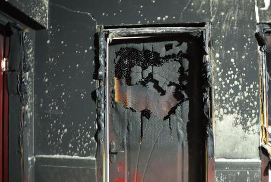 惊险!常德一民房起火,消防员连破3门救出母女2人