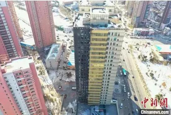 3日,火灾后的102号楼一侧已呈黑色。 于海洋 摄