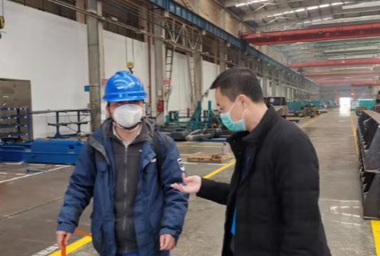 (2月14日,驻企联络员湖南省审计厅付海兵(右一)在山河智能装备股份有限公司联络工作。通讯员 摄)