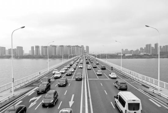 5月5日,长沙湘府路大桥,从西往东方向(左半)的车流行驶较为缓慢。图/记者张云峰