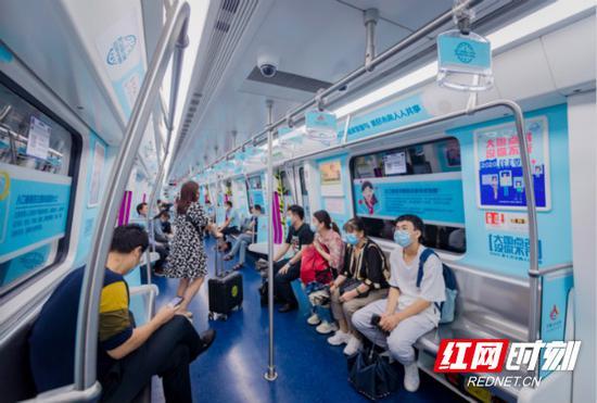 """长沙地铁的""""七人普""""科普专列展示了人口普查的时间点、对象、内容、普查对象的义务。"""