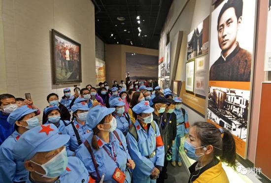 (2021年4月15日,众多游客在韶山毛泽东同志纪念馆参观。湖南日报•新湖南客户端记者 李健 摄)