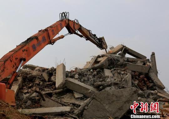 三栋违建全部倒塌,建筑垃圾堆成一座小山 廖文 摄