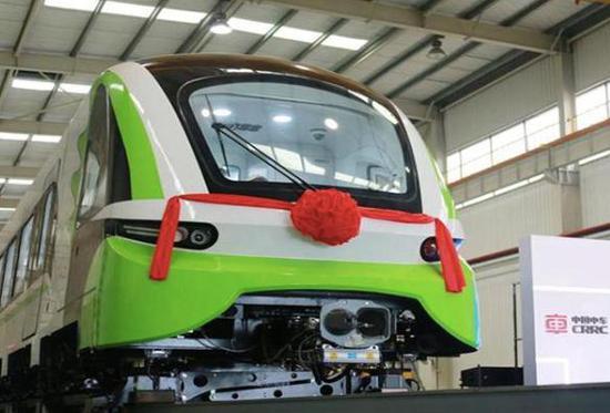 ▲2018年6月,中国首列2.0版商用磁浮列车下线。