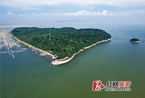 """岳阳君山岛景区形似一颗巨大的爱心,有""""东方伊甸园""""""""爱情岛""""的美誉。"""