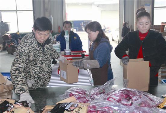 湖南俏小楚科技有限公司员工正在打包发货。