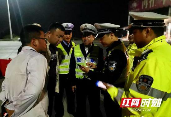 省公安厅交警总队总队长蒋建湘(中)夜查交通违法行为。