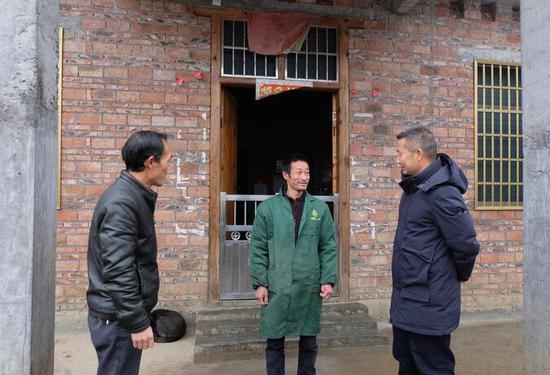 陈小军和村干部、扶贫队队长交流产业发展想法。