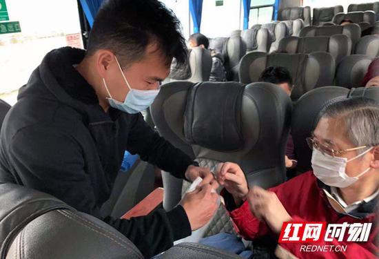 旅行社工作人员为游客分发口罩。