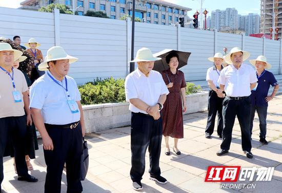 8月20日,湖南省人大常委会组织部分省人大代表视察省水利厅建议办理工作。