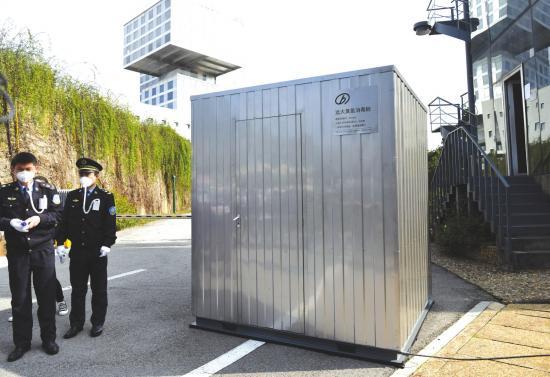 2月9日,长沙经开区,远大城门口增设了臭氧消毒舱。图/记者杨旭