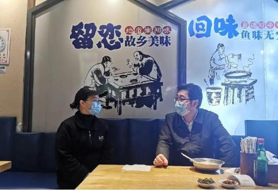 3月14日,湖南省衡阳市市委书记邓群策来到该市彭海军鱼粉店吃鱼粉。
