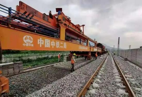 湘潭大学研发的智能化改造的群枕式长钢轨铺轨机组,在成昆线顺利施工。
