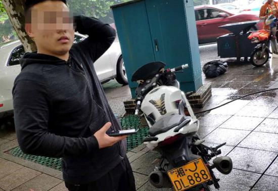 常德17岁少年无证骑假车牌摩托车上路