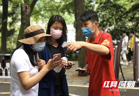 麓山景区工作人员指导游客扫码入园。曾蓉 摄