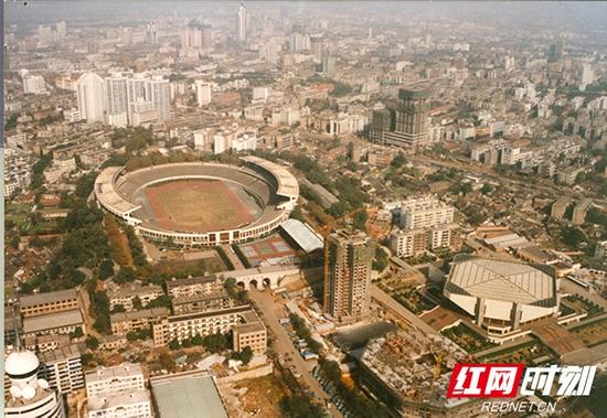 80年代末,贺龙体育馆原貌。
